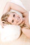 Härlig blond kvinna som lägger och tycker om brunnsorten royaltyfri foto