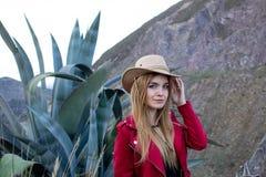 Härlig blond kvinna som utomhus bär en hatt på en prärie royaltyfri foto