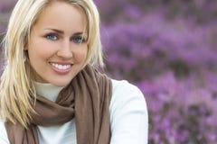 Härlig blond kvinnaflicka i ljung Arkivfoto