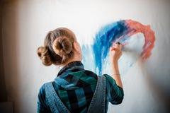 Härlig blond kvinnamålare Arkivbilder