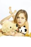Härlig blond kvinnlig modell med välfyllda djur Arkivbild