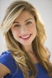 härlig blond kvinnligstående Royaltyfria Bilder