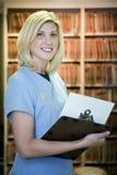 härlig blond läkarundersökning för assistent arkivbild