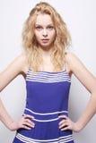 härlig blond lockig flickastående Fotografering för Bildbyråer