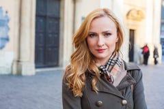 Härlig blond lycklig kvinna som går på gatan i stad Outd Arkivbild
