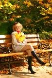 härlig blond lycklig stående Royaltyfri Foto