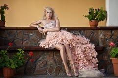 härlig blond lyxig kvinna Royaltyfria Bilder