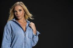 Härlig blond miljö för modellPosing In A studio royaltyfri fotografi