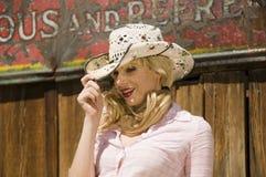 härlig blond modell Arkivbild