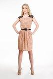 Härlig blond modellflicka, i att le för tillfällig kläder Royaltyfri Fotografi