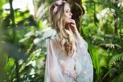 Härlig blond nymf i skogen royaltyfria foton