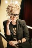 Härlig blond partiflicka i nattklubben Royaltyfria Bilder