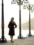härlig blond promenad royaltyfri fotografi