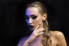 härlig blond sexig kvinna Stranda av hår vänder mot in Ljusa Smokey Eyes Royaltyfri Foto
