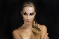 härlig blond sexig kvinna Stranda av hår vänder mot in Ljusa Smokey Eyes Royaltyfri Bild