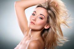 härlig blond stående Royaltyfri Foto