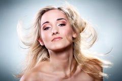 härlig blond stående Arkivbild