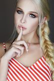 Härlig blond stående för ung kvinna arkivfoton