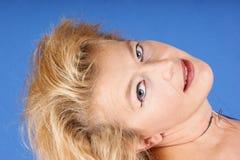 härlig blond ståendekvinna Royaltyfri Foto