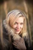 härlig blond ståendekvinna fotografering för bildbyråer