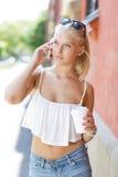 Härlig blond tonårig flicka som talar på telefonen Arkivbild