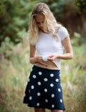 Härlig blond tonårs- flicka utanför i träna Arkivfoto