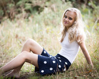 Härlig blond tonårs- flicka utanför i träna Arkivbild