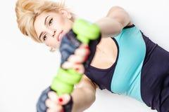 Härlig blond ung kvinna i sportstil Fotografering för Bildbyråer