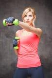 Härlig blond ung kvinna i sportstil Royaltyfri Bild