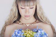 Härlig blond ung kvinna med blommor Royaltyfria Foton