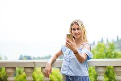 Härlig blond ung kvinna som tar selfie i en parkera arkivbilder