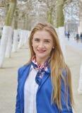 Härlig blond ung kvinna utomhus och att le Royaltyfria Bilder