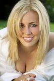 härlig blond utvändig skjortawhitekvinna Arkivfoton