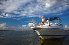 härlig blond yacht Royaltyfri Bild