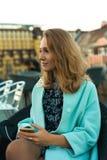 Härlig blondie som sitter på terrass arkivfoton