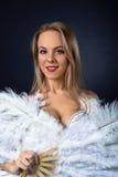 Härlig blondin i den vita magdansösdräkten Arkivbilder