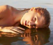 Härlig blondin i havet Arkivfoto