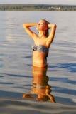Härlig blondin i havet Royaltyfria Foton