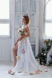 Härlig blondin i klänning av blommor Royaltyfri Foto