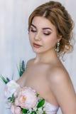 Härlig blondin i klänning av blommor Royaltyfria Foton