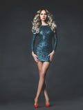Härlig blondin i sequined klänning Arkivbild