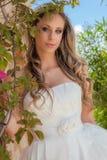 Härlig blondin i studentbalklänning eller bröllopkappa Royaltyfria Foton