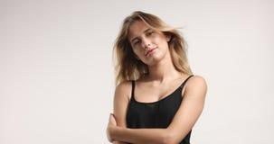 Härlig blondin i svart camisole arkivbild
