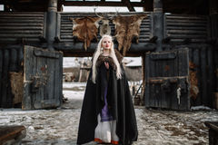 Härlig blondin iklädda Viking en svart kappa Royaltyfria Foton