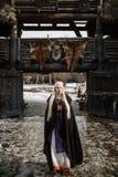 Härlig blondin iklädda Viking en svart kappa Arkivfoton