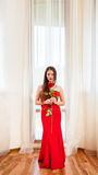 Härlig blondin med den röda rosen Royaltyfria Bilder