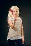 Härlig blondin med långa hårshower Royaltyfria Bilder