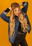 Härlig blondin med långt hår i posera för grov bomullstvillomslag Royaltyfri Bild