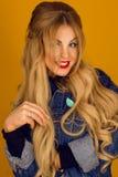 Härlig blondin med långt hår i posera för grov bomullstvillomslag Royaltyfri Fotografi