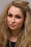 Härlig blondin med lockigt Fotografering för Bildbyråer